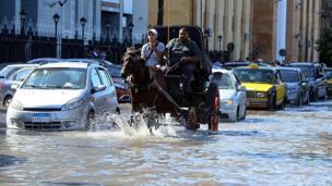 أحد شوارع مدينة الإسكندرية الساحلية الشمالية تغمره المياه جراء الطقس السيء الذي ضرب بعض المحافظات في مصر
