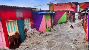 Un pescador es arrastrado de su casa durante una inundación
