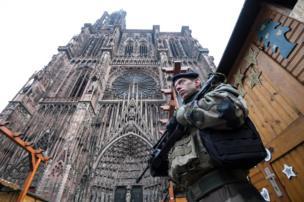 جندي فرنسي يقف حارسا
