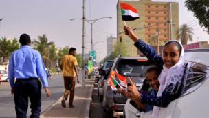 مواطنون في العاصمة الخرطوم يحتفون بنهاية حقبة البشير الذي ظل في الحكم قرابة 30 عاما.