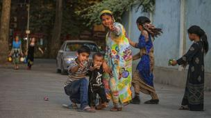 Дети-люли переходят через дорогу