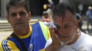 Hombre con la herida en la cabeza