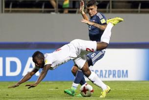 مشهد عرقلة لاعب غينيا