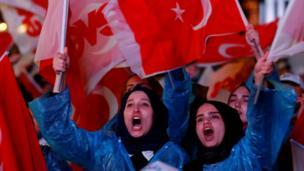 AKP'nin Ankara'daki Genel Merkezi önünde de büyük coşku vardı