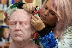 صوفي كرودنغتون تضع الشعر في مجسم من الشمع لترامب من المقرر أن يرفع الستار عنه بمتحف مدام توسو في لندن.