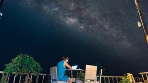 Dominic Chiu dưới trời đêm