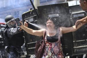 ตำรวจบราซิลยิงแก๊สน้ำตาใส่ผู้ประท้วงที่ด้านนอกอาคารรัฐสภาในนครรีโอเดจาเนโร