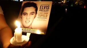أضاء جمهور الشموع لإحياء ذكرى ألفيس بريسلي