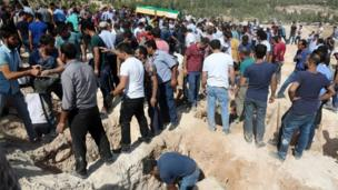 Crowds at burial plots during funerals for Gaziantep blast dead (21/08/2016)