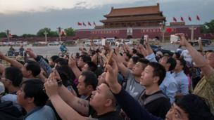 Turísticas asiáticos fotografiando el Mausoleo de Mao Zedong.