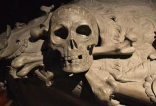A stone skull and crossbones