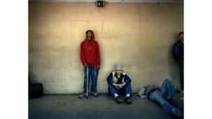 4 hombres en la calle.