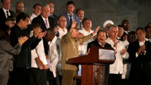 رائول کاسترو رئیس جمهور کوبا در مراسم ادای احترام به فیدل کاسترو رهبر پیشین در میدان انقلاب در هاوانا، کوبا