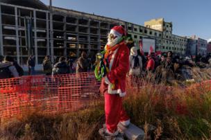 شخص يرتدي زي بابا نويل وأشخاص آخرون