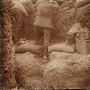 Kanlısırt'taki bir siperde bir asker, 1915
