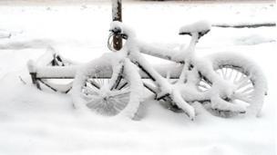 sepeda tertutup salju