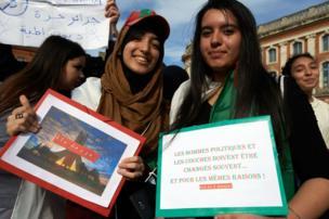 À Toulouse, le 3 mars, deux jeunes filles protestent contre un cinquième mandat d'Abdelaziz Bouteflika. Depuis le 11 mars, le chef de l'État a renoncé à se présenter à nouveau aux élections présidentielles.