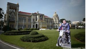 Thủ tướng Thái Lan, Tướng Prayuth Chan-ocha cho đặt cả hình bìa của ông cưỡi xe máy để mọi người đến xem.