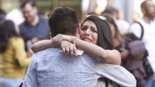 Una pareja se abraza