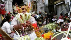 """@Martinore25 compartió a través de su cuenta en Instagram esta imagen de una vendedora del mercado central de San Salvador. """"Prepara cruces de hoja de palma frente a la iglesia El Calvario, que serán utilizadas en una procesión"""