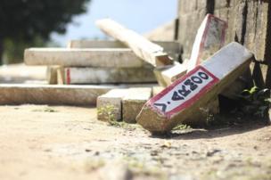 العلامات الإرشادية التي كانت تستخدم في السابق لتحديد حدود المنطقة الزراعية في بينتوم مهمة على جانب الطريق