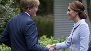 Catherine, nữ Công tước xứ Cambridge, vợ của Hoàng tử Anh William, gặp Nhà vua Hà Lan Willem Alexander ở Hague, hôm 11/10.
