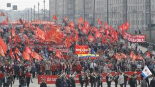 تلى ذلك مسيرة لأحزاب يسارية وحركات سياسية.