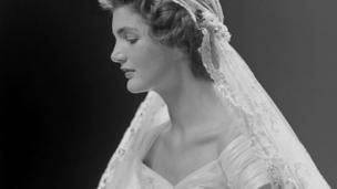 Jacqueline Lee Bouvier, 35. ABD Başkanı John F Kennedy ile 1953 yılında evlenerek Kennedy soyadını aldı ve 'First Lady' oldu. Jacqueline Kennedy'nin Anne Lowe tarafından tasarlanan gelinliği içindeki bu fotoğrafı New York'ta çekildi.