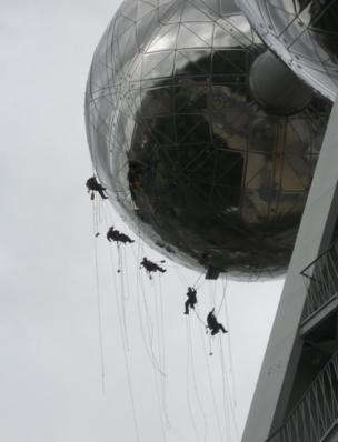 Limpiadores descendiendo del Atomium