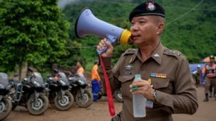 Un militar con un megáfono