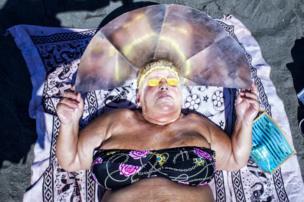 Mujer en la playa de Nápoles, Italia