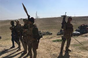 بعض الجنود العراقيون يستريحون في نهاية يوم من المعارك
