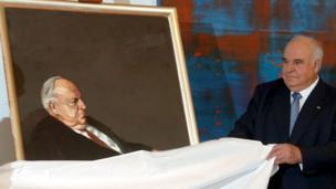 Helmut Kohl unveils a portrait of himself in Berlin, 9 June 2005