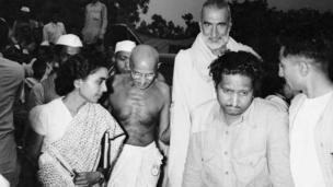 భారతదేశ విభజనపై 1947లో జరిగిన సమావేశానికి వస్తున్న మహాత్మా గాంధీ, ఖాన్ అబ్దుల్ గఫార్ ఖాన్
