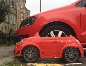 Dos coches rojos