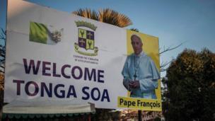 Papa anatarajiwa pia kuzuru kisiwa cha Madagascar, na tayari mabango ya kumlaki yameshamiri mitaani.