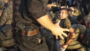 Солдат сдается полицейскому