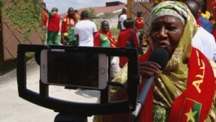 Mme Sano, née Diallo Coumba, surnomée Mama Asfa du Burkina Faso. Amoureuse du football proclamée, elle souhaite que Dieu lui apporte santé, longévité et une coupe avant de mourir.