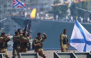عرض عسكري لمشاه البحرية الروسية في سيفاستوبول، التي تضم أسطول بحر البلطيق في شبه جزيرة القرم، التي ضمتها روسيا إلى أراضيها من أوكرانيا عام 2014.