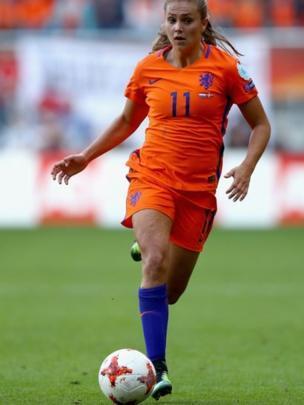 Mulher jogando futebol
