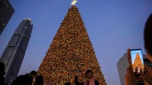 设在香港商业区的一棵大型圣诞树