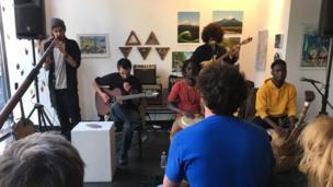 Chiều Chủ Nhật 21/05 vừa qua, 59 Rue de Rivoli có ca nhạc miễn phí