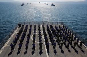 أفراد طاقم سفينة حربية تركية
