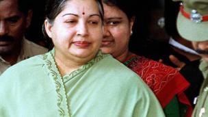 சொத்து குவிப்பு வழக்கு தொடர்பாக ஜெயலலலிதா டிசம்பர் 2001ல் சென்னை சிறப்பு நீதி மன்றத்தில் ஆஜராக வரும் போது, அவருக்கு பின் நிற்கும் சசிகலா