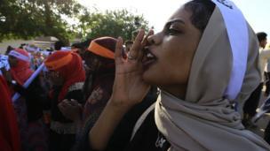 """نظمت مسيرات في السودان بمناسبة اليوم العالمي للقضاء على العنف ضد المرأة وهتفن لـ """"الحرية والسلام والعدالة""""."""