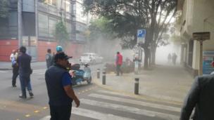 El polvo de una pared colapsada se dispersa en la colonia Condesa