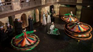 اس رقص میں فنکار رنگوں سے کھیلتے محسوس ہوتے ہیں۔