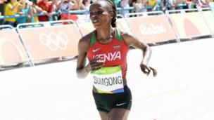 Bingwa wa mbio za marathon upande wa wanawake Jemima Sumgong akijishindia medali ya dhahabu katika michezo ya Rio Olimpiki
