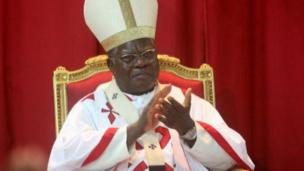 Mgr Mosengwo a déclaré, dans son message de Noël, que le fait de prendre le pouvoir par les armes ne justifie pas qu'on ne puisse le quitter que par les armes, appelant ouvertement à un changement en RDC