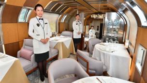 豪華列車は食事も豪華だ。ミシュランの星をもつシェフの手による食事を、制服姿のスタッフが給仕する